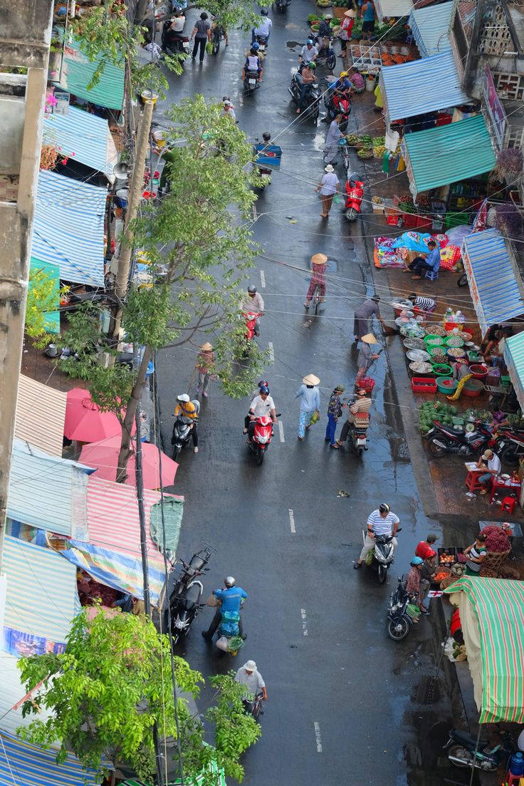 Blick von unserem Hotel auf die Dächer der Strassenmärkte. Buntes Treiben überall. Mehr auf ehm Blog.