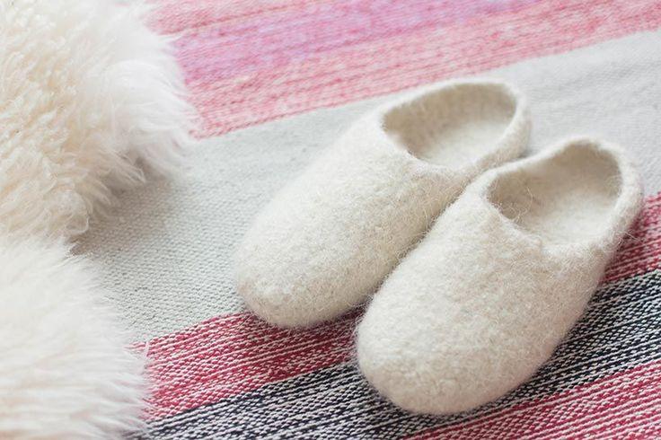 Viele von euch wissen bereits von Instagram, dass ich vor kurzem umgezogen bin und leider noch immer nicht meine Nähmaschine ausgepackt habe. Weil ich derzeit alsoan Nähentzug leide, habe ich mir Strickzeugs besorgt. Nach meinem Stirnband war mein nächstes Projekt selbstgemachte Hauspatschen ausFilzwolle. DiesePatschen (Hausschuhe) werden gestrickt und dann in der Waschmaschine verfilzt.Ich habe Wolle,…