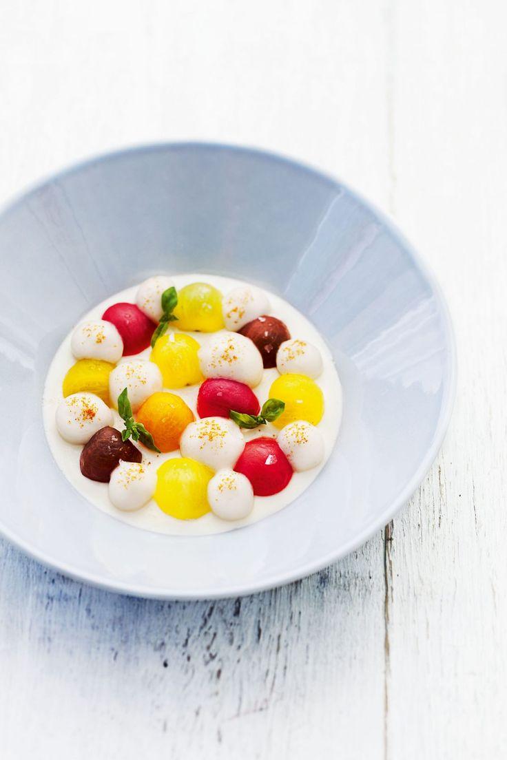 Les petites tomates de couleurs par Anne-Sophie Pic : crémeux de mozza di bufala, émulsion à la tomate et vieux rhum légèrement infusé à la vanille