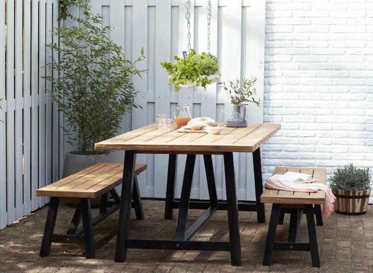 KARWEI   Deze tafel is een echte blikvanger in iedere tuin door zijn zwarte houten onderstel en teaklook tafelblad #tuininspiratie #karwei