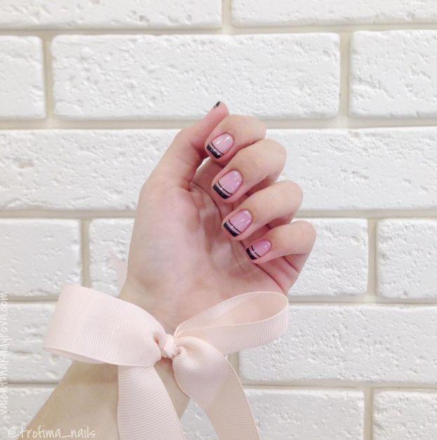 Un french diferit  Manichiura french este perfecta pentru orice tip de unghie; noi iti recomandam sa incerci si alte variante. (french manicure)
