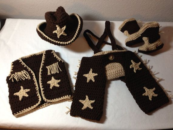 Uncinetto vestito da cowboy NB attraverso 6 mesi cappello da cowboy, stivali da cowboy, screpolature, gilet fotografia puntello