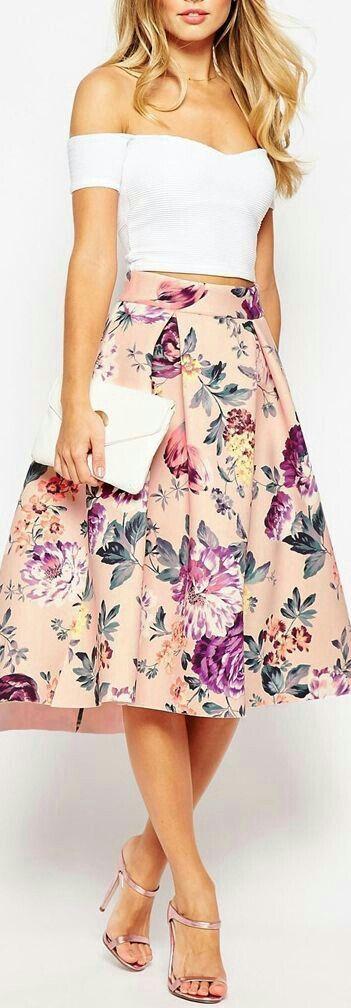 Blusa lisa e saia floral