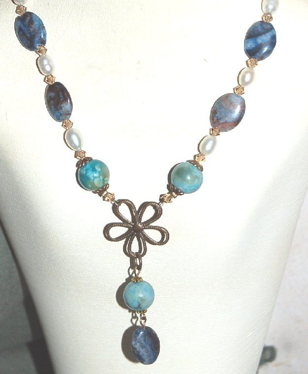 """""""SweetAgat"""" Halskedja - DesignVerkstadMässing halskedja med agater, turkos pärlor, sötvattenpärlor och Swarovski pärlor. Hänget med mässing blomma."""