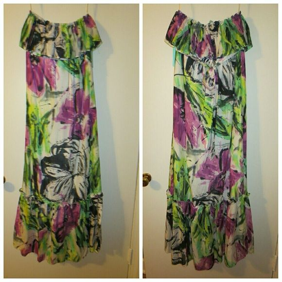 NWT Jaloux printed maxi dress sz M NWT Jaloux printed floral maxi dress with ruffle at top and bottom, with tie in the back.   Size Medium   Beautiful beach dress!   My boyfriend bought me this and it is too big.   Make an offer!   Accepting all reasonable offers! Jaloux Dresses Maxi