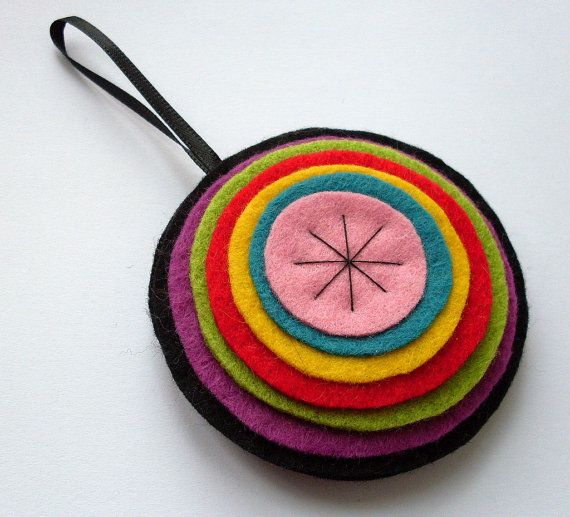 Felt Christmas Ornament. Looks easy to make. (I'll make it with orange and blue felt for our #Auburn tree.)