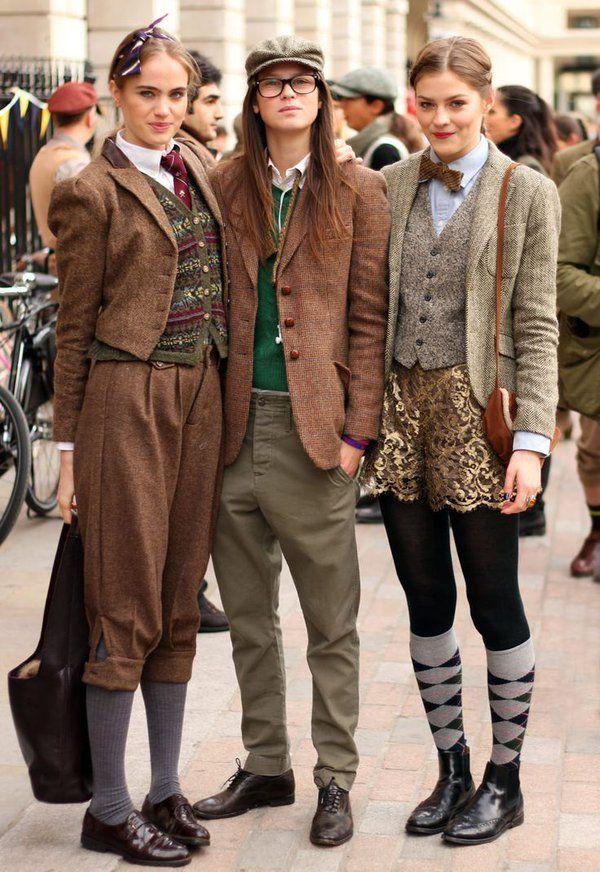 英国(?)の、昔の服装で自転車に乗るイベントに集まった女の子たち。カワイイ。