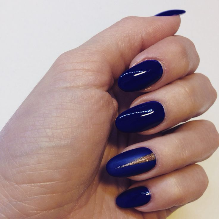 Dark blue nail with glossy/mat finish effect