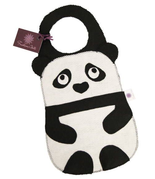 Lixinho para colocar carro, feito inteiro de feltro, em formato de ursinho panda. Lindo e útil!