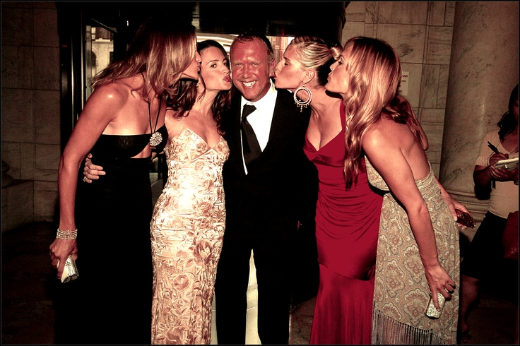 Another nice shot from the 2004 CFDA Fashion Awards. @Michael Kors surrounded by Carolyn Murphy, Kristin Davis, Heidi Klum and Molly Sims.: Fashion, Celeb Style, Kors, 2004 Cfda, Carolyn Murphy, Lady Inspiration, People, Celebrities Stars Legends
