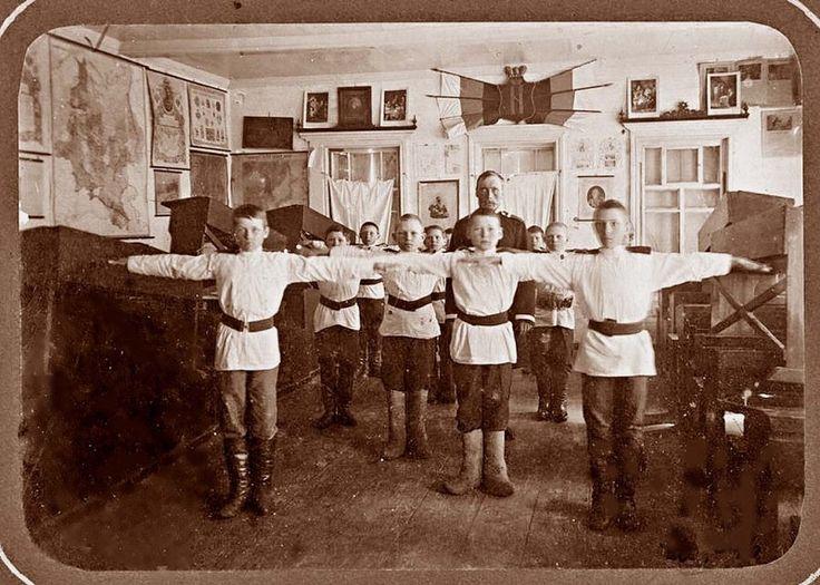 Политика и спорт. Нам кажется, что они вступили в бой только накануне Олимпиады Рио-2016. На самом деле, они воевали всегда. В Интернете появилась плохонькая копия фотографии начала прошлого века, хранящейся в архиве Омска. На ней на фоне легко узнаваемого здания Петропавловского реального училища в мае 1913 года выполняют какие-то гимнастические упражнения мальчики-реалисты. Но ведь физкультуры тогда не было в школьных программах. Откуда же эта группа спортсменов?  Узнаете из статьи по…