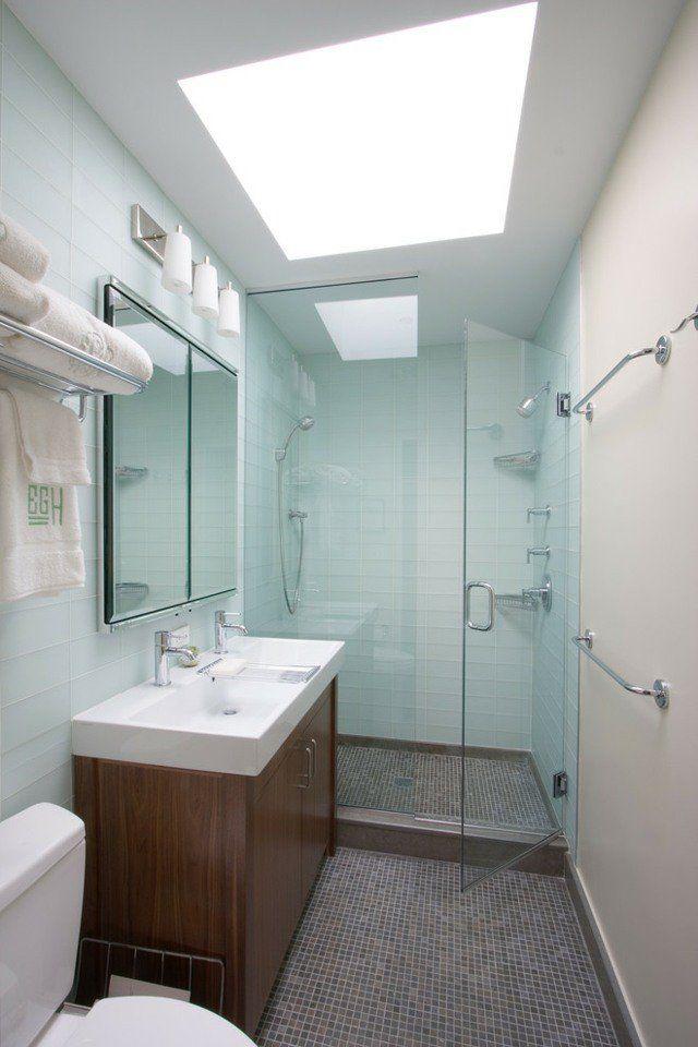 une petite salle de bains élégante et blanche avec une douche