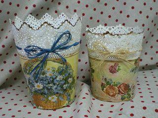 Maceteros de ikea, decorados con decoupage, algo de pátina y unas cintas de rafias.