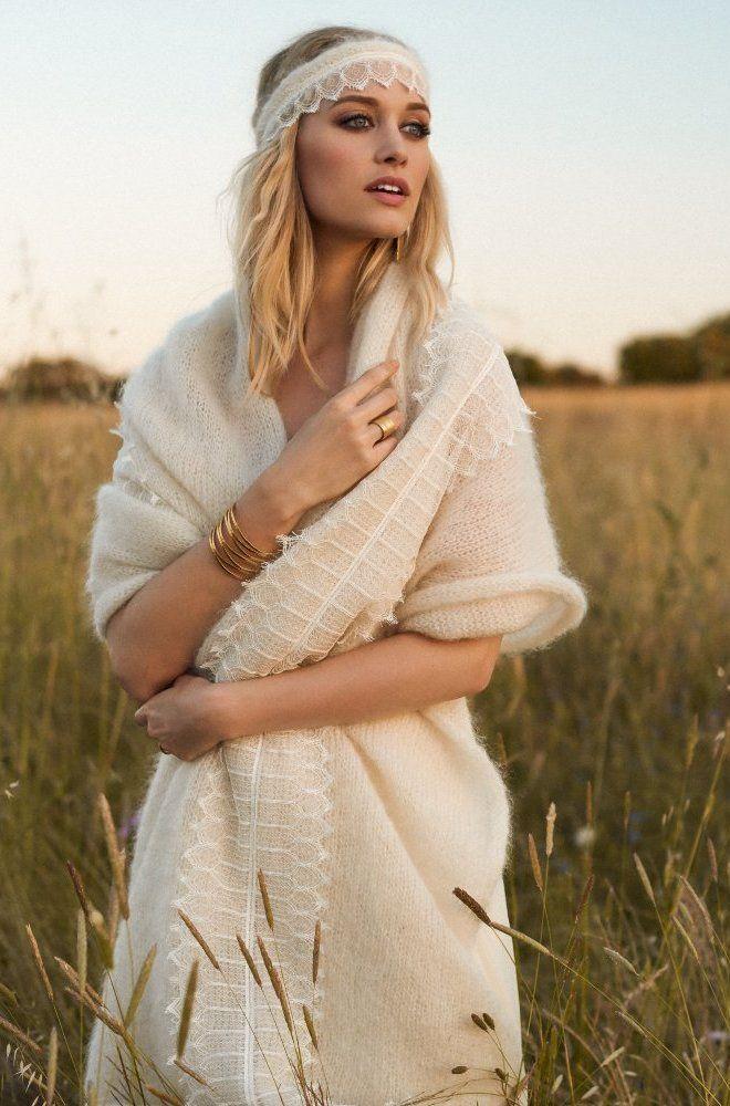 Rembo styling — Collectie 2017 — Elvis: Crèmekleurige vintage jurkin uiterst fijne kantmetpassendemohair oversized sjaal.