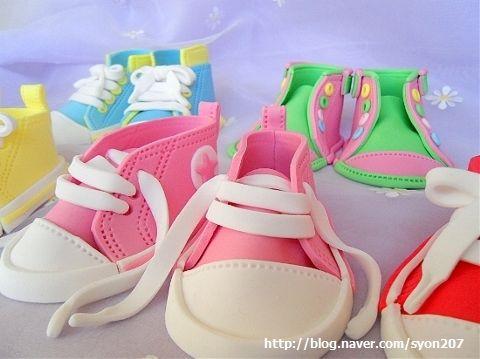 http://deborahhwangcakes.blogspot.com/2012/10/how-to-make-fondant-baby-converses.html