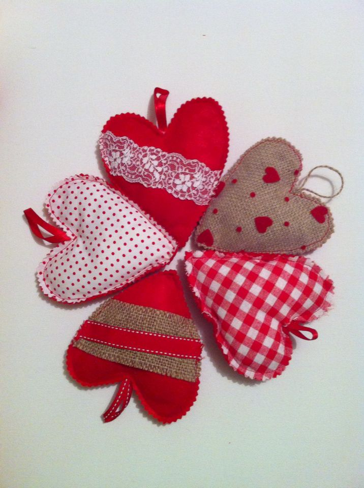Hearts of fabric, burlap or felt. Back side felt. Great for Valentine's day gift or favor to winter baptism or marriage #fabricheart #christening #favors #marriage #mpomponieres #handmadeheart