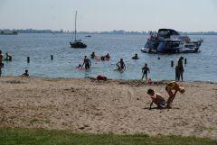 Eiland Koudenkoorn bij Warmond: strand en gras Alle leeftijden Snackbar met gratis wc en veel menukeuze  (zonder pinautomaat)