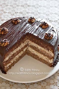 TORT CU NUCI SI CIOCOLATA- Tortul asta l-am facut de Sf Ioan, exact pe gustul meu, cu muulta nuca, ciocolata, frisca, mmm... Abia acum reusesc sa il postez, m-am gandit ca poate vret