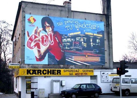 Billboard umieszczony na budynku
