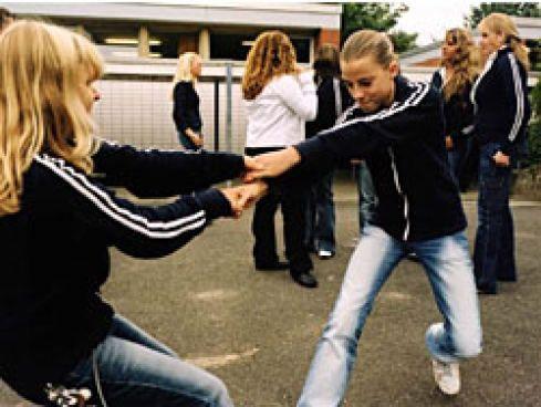 Schuluniformen Kampf dem Klamotten-Terror 20. Oktober 2005, 12:07 Uhr  Keine nackten Bäuche, tiefer gelegte Jeans oder coole Designerjacken mehr: Immer öfter verpassen Schulen den Kindern einen einheitlichen Dress-Code. Willkommene Nebenwirkung: Schulkleidung ist der beste Werbeträger. An der Haupt- und Realschule in Hamburg-Sinstorf tragen die Kinder blau-weiße Kleidung © Nicole Angstenberger