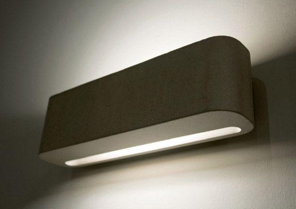 Moab 80, Lampada per parete bagno Luce10 realizzata in cemento con finitura grigia. Il modello è munito di illuminazione alogena. Disponibile in differenti varianti cromatiche a campionario.