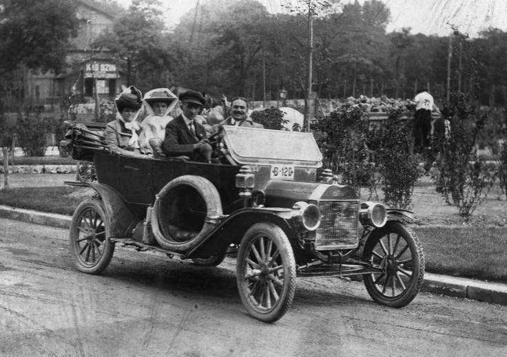 Ford T-Modell a Városligetben, háttérben a Kis Színkör.