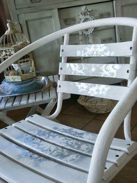 stencil su sedia eseguito con vernice spray argento metallizzato usando un centrino all'uncinetto