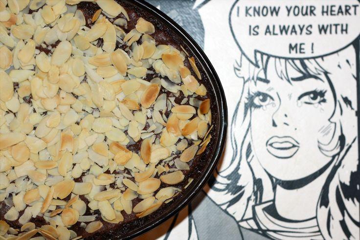 GÂTEAU CHOCOLAT AMANDE / ALMOND JOY BAR CAKE / Gâteau au chocolat fondant parfumé à l'amande et fourré aux cacahuètes et aux amandes /...