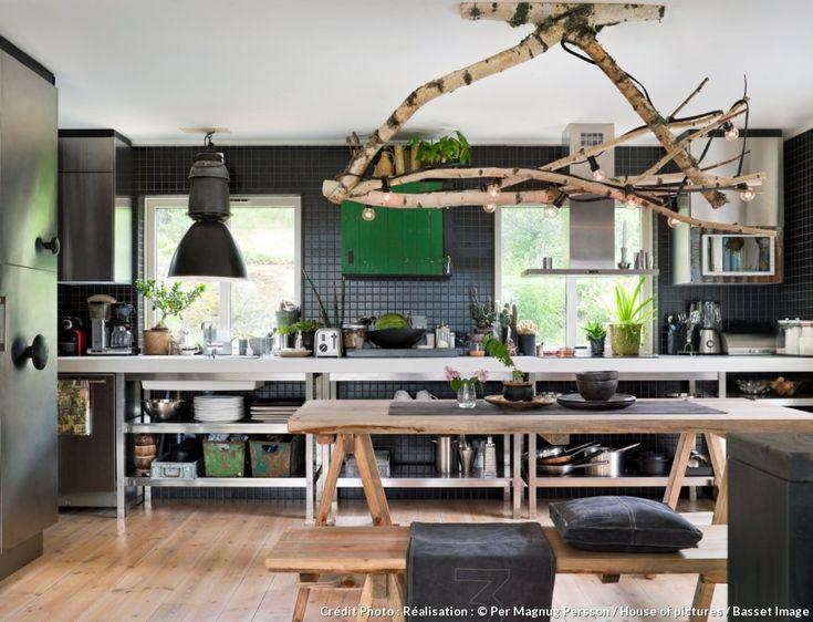 La nature a une place de choix dans cette maison de bois en bordure de lac. Jimmy, le propriétaire, s'en inspire et la réinterprète dans un esprit chic, écolo et inventif. #maison #bois #wood #cuisine #green #kitchen