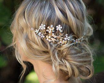 Diese schöne Draht Haar Rebe, erhältlich in warmen gold oder Silber Ton ist eine schöne letzte Schliff für die Boho chic Braut. Eine Mischung aus klaren Kristallen und unterschiedlichen Farben von Nachahmungen von Perlen sind im ganzen mit 4 Perle verkrustete Blumen und Emaille Blätter Akzentuierung das Stück für eine strukturierte Vintage-Look. MISST ca. 10,25 lange. (Dies ist eine halbe Halo - geht nicht rundum)  SO TRAGEN: BACK - Bobby Pins zu befestigen und sichern Stück verwenden…