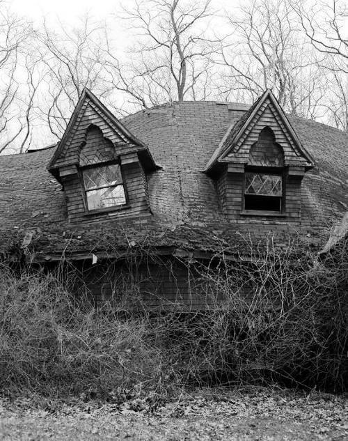 description of an abandoned house essay Forums essay, paragraph, dialog  you heard of a haunted house and you want to explore it alone describe how the haunted house looked, what you saw and the.