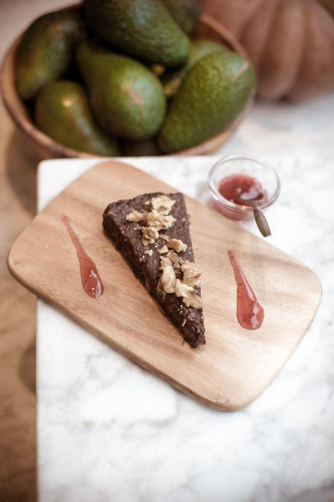 Hills&Mills Raw cacao-dadel-walnoten taart met cranberrysaus