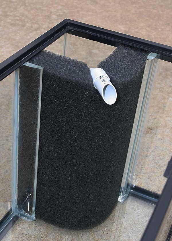 Kulmamallinen mattosuodatin. Hyödynnä muovisia kulmalistoja kiinnittämiseen.