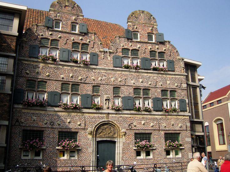 Het Ald Weishoês (Oude Weeshuis), een vroeg-17e-eeuws, in Gelderse Renaissancestijl gebouwd rijksmonument.