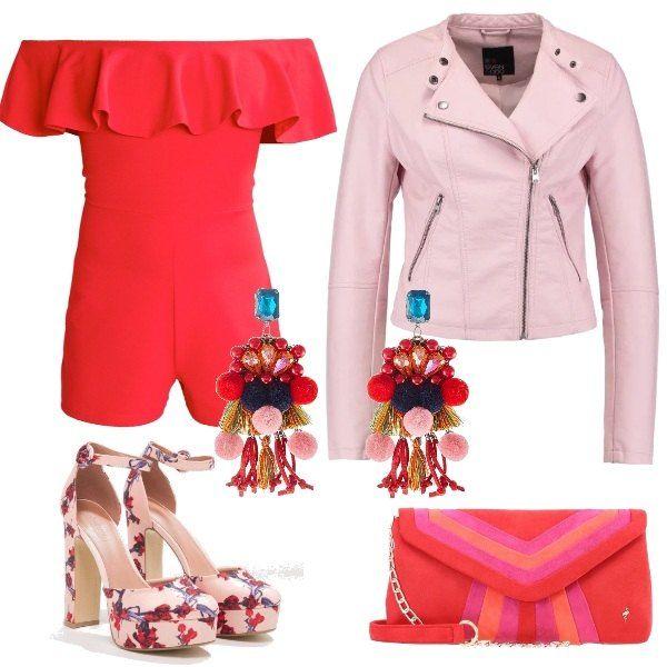 Jumpsuit rossa corta, senza maniche abbinata a giacca in finta pelle, rosa. Scarpe rosa con fantasia floreale rossa, tacco largo e alto, plateau e punta tonda, pochette a fantasia rossa e rosa e per concludere, orecchini multicolor molto grandi e appariscenti.