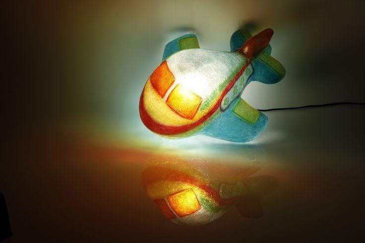 Airo the Plane - fiberglass lamp  Χειροποίητο φωτιστικό από fiberglass. Μπορεί να χρησιμοποιηθεί ως φως νυκτός (night light) στο παιδικό δωμάτιο, τοποθετημένο σε ράφι ή στο πάτωμα. Από ελαφρύ κι ανθεκτικό υλικό, απόλυτα ασφαλές για τοποθέτηση στο πάτωμα.  Μπορείτε να βάλετε όσα Watt επιθυμείτε, ώστε να φωτίσει όσο θέλετε.  Ντουί: Ε14, βιδωτό  Διαστάσεις: 36 x 43 x 19cm