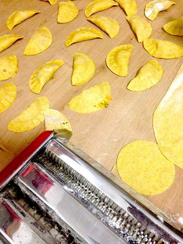 Ricetta per 4/5 persone Ingredienti: Pasta: 375gr di semola di grano duro 225 gr di farina integrale