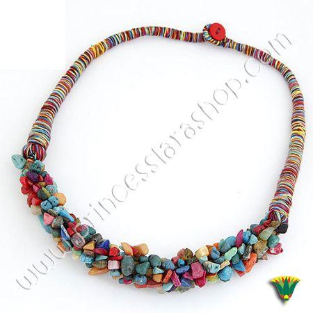 Collar gargantilla realizado con hilos de algodón en diferentes tonos y piedras chip. Tamaño aprox: 40 cm http://www.princesslarashop.com/tienda.php?dir=90#