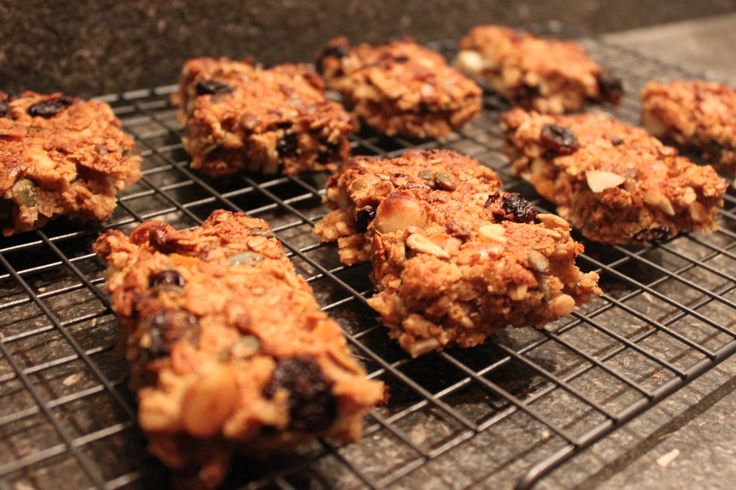 deze granola-repen zijn heerlijk! recept met havermout, rozijnen en noten. lekker zoet en gezond en een eerlijk tussendoortje. dus hier een gezonde snack!