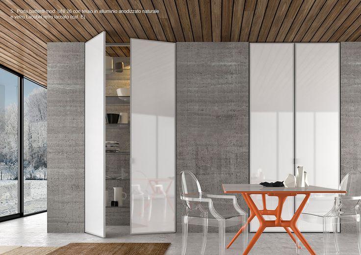 Porte battenti mod. UNI 26 con telaio in alluminio anodizzato naturale e vetro Lacobel retro laccato. By ZEMMA