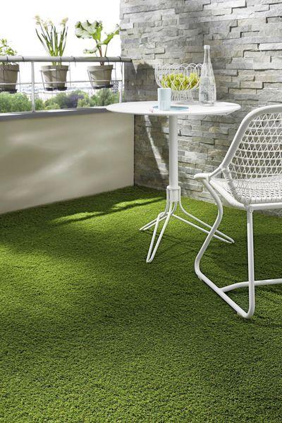 Idéal sur une terrasse, le gazon synthétique Olive. Epaisseur 20 mm, rouleau larg 4 m. 19,99 euros le m2. Saint Maclou.