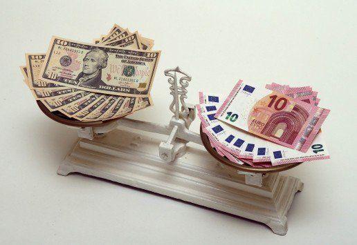 Dólar perde força e encerra semana com desvalorização de 1,3% - http://po.st/dKTHRY  #Economia -