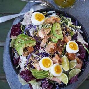 Avokado– och kålsallad med rökt lax och limedressing