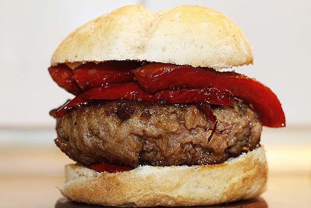 Hamburguesa de carne con chistorra y pimiento rojo