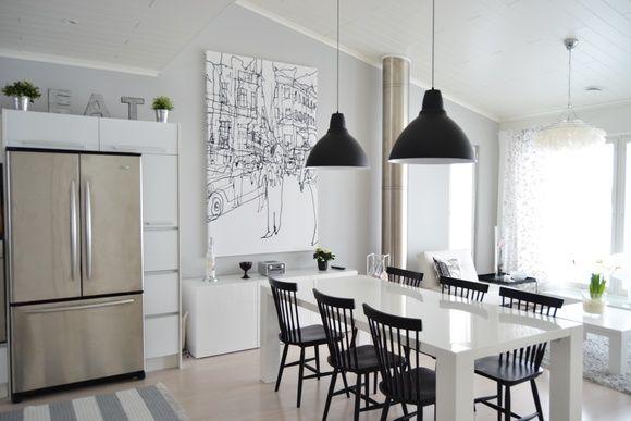 pinnatuolit,marimekko,musta varjostin,vaaleanharmaa seinä,vaalea sisustus,mustavalkoinen sisustus,keittiö,keittiönpöytä,olohuone