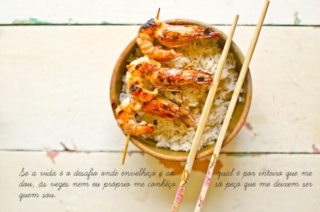 Arroz aromatizado com espetadas de camarão