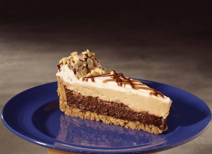 Oggi vi propongo una torta per i veri amanti del cioccolato realizzata con una base di biscotti e una farcitura di Nutella e cioccolato al latte! Buonissima!!