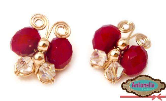 Zarcillos en forma de mariposa elaborados en oro laminado, cristales checos rojos y transparentes. #Earrings