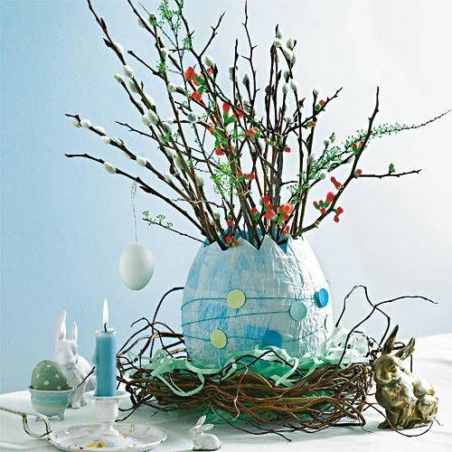 Ihr braucht: Luftballon, Kleister, Seidenpapier, Draht, Tonpapier, etwa 4 Zweige Korkenzieherweide, Motivstanzer für Kreise (z. B. www.idee-shop.de), Blütenzweige.