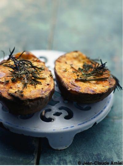 Recette Patates douces dorées au sel   : Préchauffez le four sur th. 6/180°. Lavez la peau des patates douces et essuyez-la soigneusement. Coupez les patates en deux, placez-les sur une plaque de four, saupoudrez-les de fleur de sel et répartissez des tiges de romarin sur chaque moitié. Placez ...